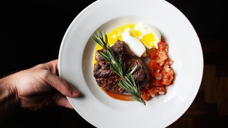 стейк с яйцом и ветка размарина
