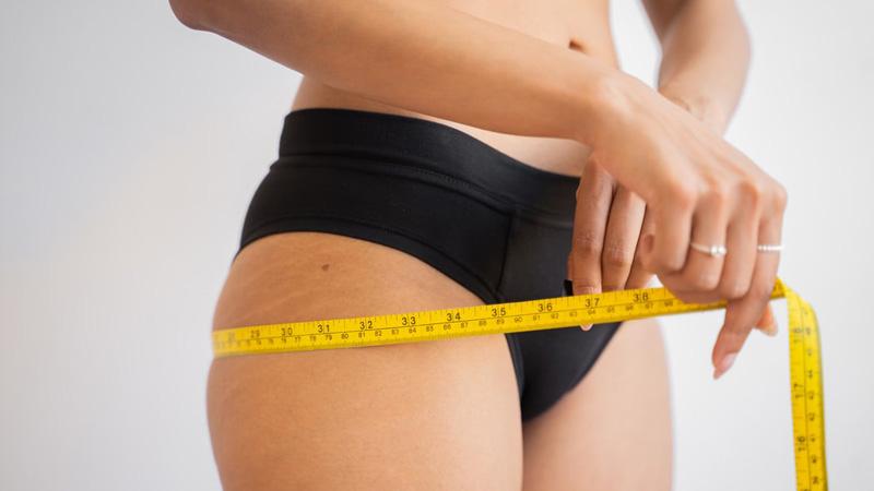 девушка измеряет обьем бедер на диете