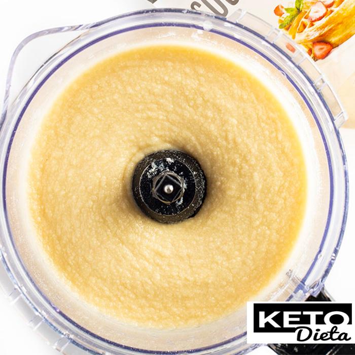 яєчні білки, яйця, масло авокадо і кокосове масло в кухонному комбайні і збивайте до однорідності